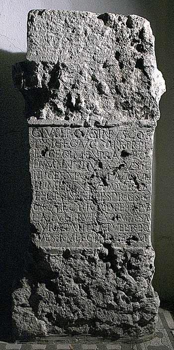 Incription d' Aquincum (Budapest, Hongrie) et qui commémore le gouvernement de Caius Julius Septimius Castinus en Pannonie inférieure.
