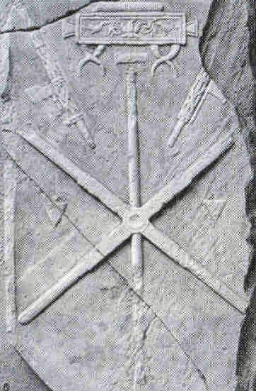 Stèle funéraire d'un agrimensor retrouvée à Lurea (val d'Aost). La groma est démontée et on aperçoit, vu de dessus, les rigores (réglettes croisées à angle droit et servant de support aux fils à plomb : on en devine d'ailleurs deux à mi-hauteur de la stèle).