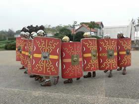 la formation en coin (cuneus) : destinée à « percer » la défense ennemie