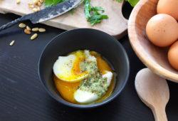 Œufs mollets sauce aux pignons