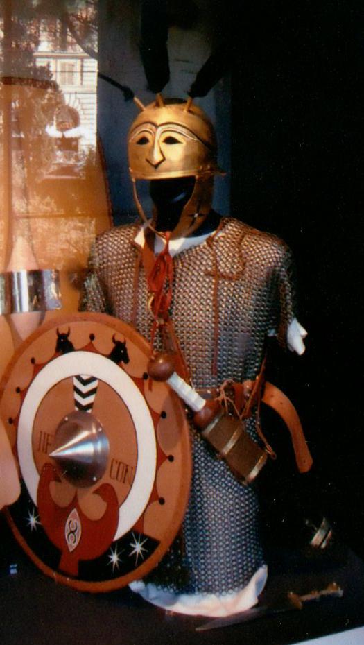 L'armée romaine n'est pas encore la machine bien rodée de l'empire. Les généraux ne sont pas rompus à l'art du stratagème et préfèrent une confrontation directe où le fantassin lourd excelle. Hannibal le sait, et retourne plusieurs fois cette tactique contre les romains. Le légionnaire est un conscrit enrôlé selon sa fortune (son cens). Plus il est riche, plus il peut s'offrir un équipement conséquent et plus sa place dans la bataille est importante. Ainsi trois classes censitaires existent pour l'infanterie lourde. La plus prestigieuse, les triarii (dont l'équipement est ici reconstitué), puis les principalis et enfin les hastati.
