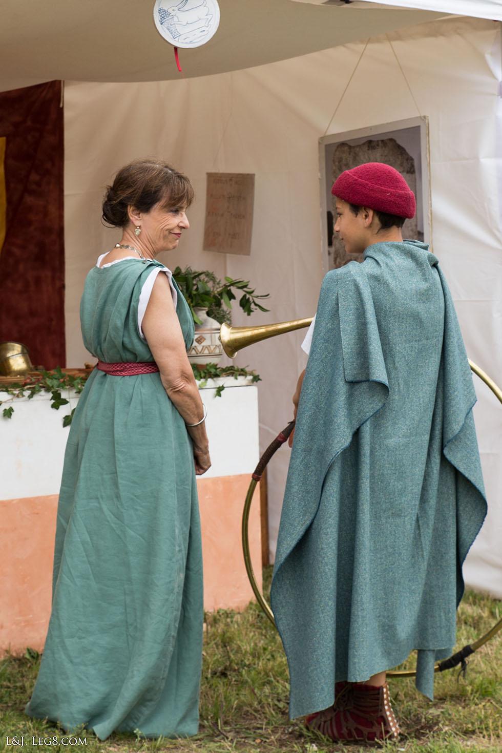 Le jeune cornicen discute avec Julia, tenancière de la caupona