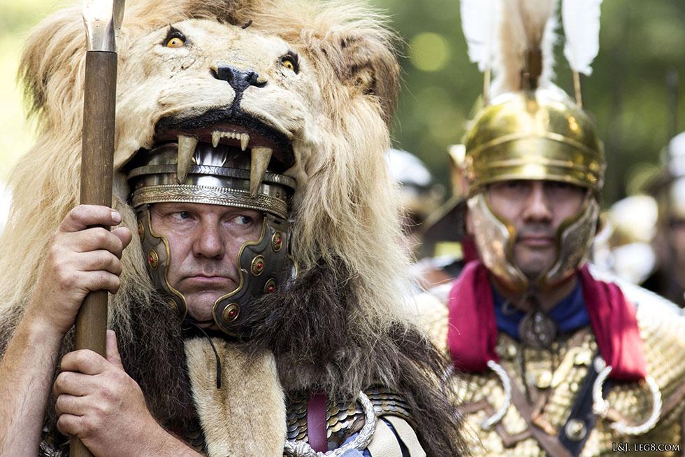 Aquilifer, portant une peau de lion