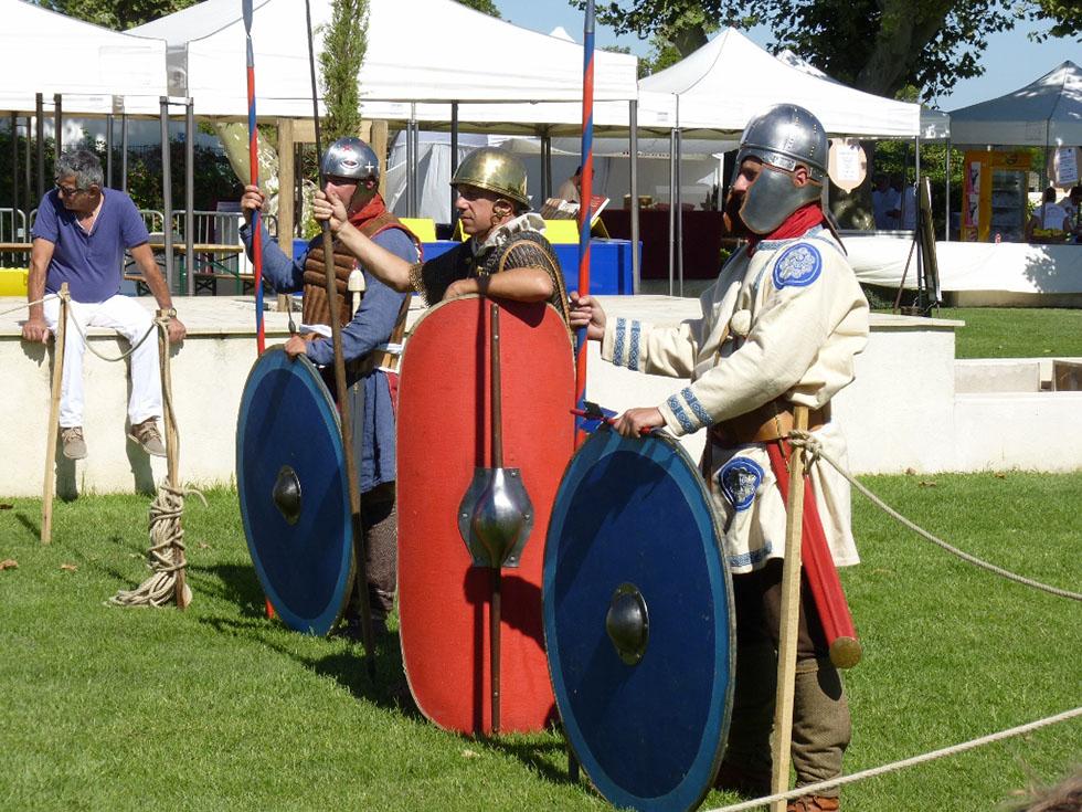 Un légionnaire césarien entouré de deux soldats tardifs.