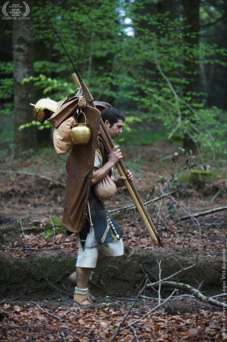 C'est plus facile à la belle saison, à la fin de l'été ou au tout début de l'automne mais le poids des sarcinae reste le même. Ce légionnaire, d'époque flavienne, lourdement chargé, s'élance avec détermination.