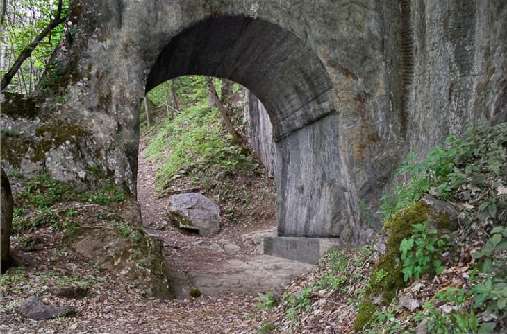 La porte reconstituée, comme elle devait apparaître à un Romain sur le chemin qui l'emmenait en Italie. ©Association Freneytique