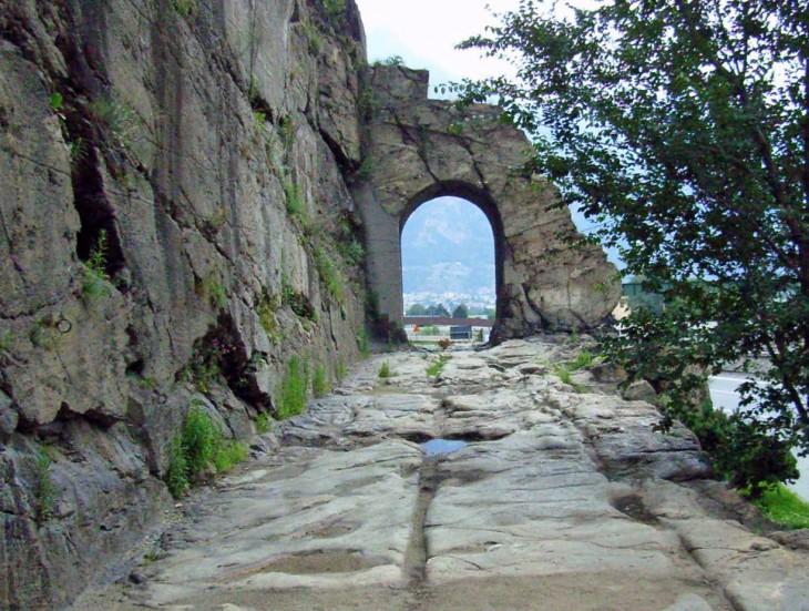 Porte romaine de Donnas (Val d'Aoste, Italie)