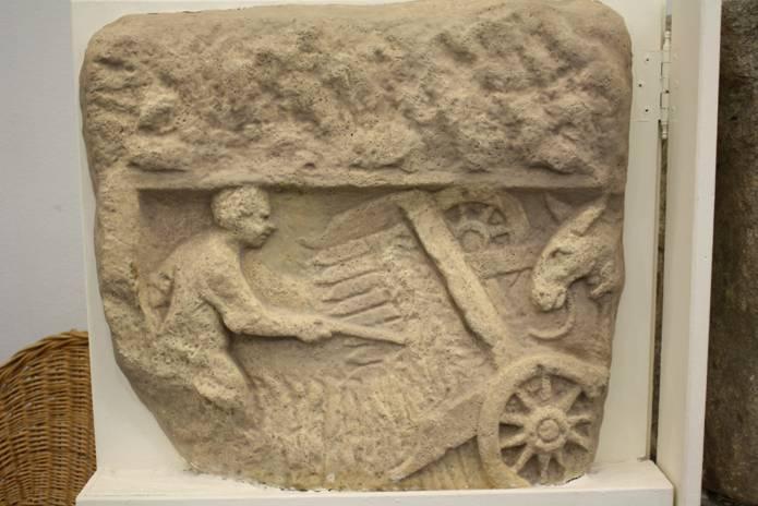 Fac-similé du bas-relief fragmentaire trouvé à Buzenol (Belgique, proche d'Arlon) . On y voit le fonctionnement de la célèbre moissonneuse dite des Trévires ou « <em>vallus</em> » décrite notamment par Pline.