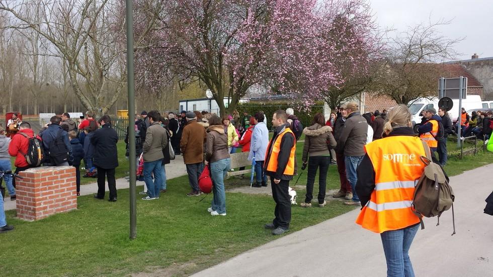 première étape à Dreuil les Amiens, le public venu assister au mini-concert et  au passage des marcheurs