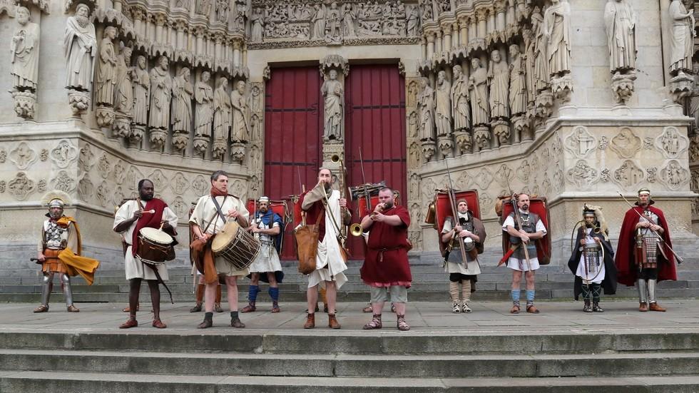 Musiciens et légionnaires devant la cathédrales d'Amiens