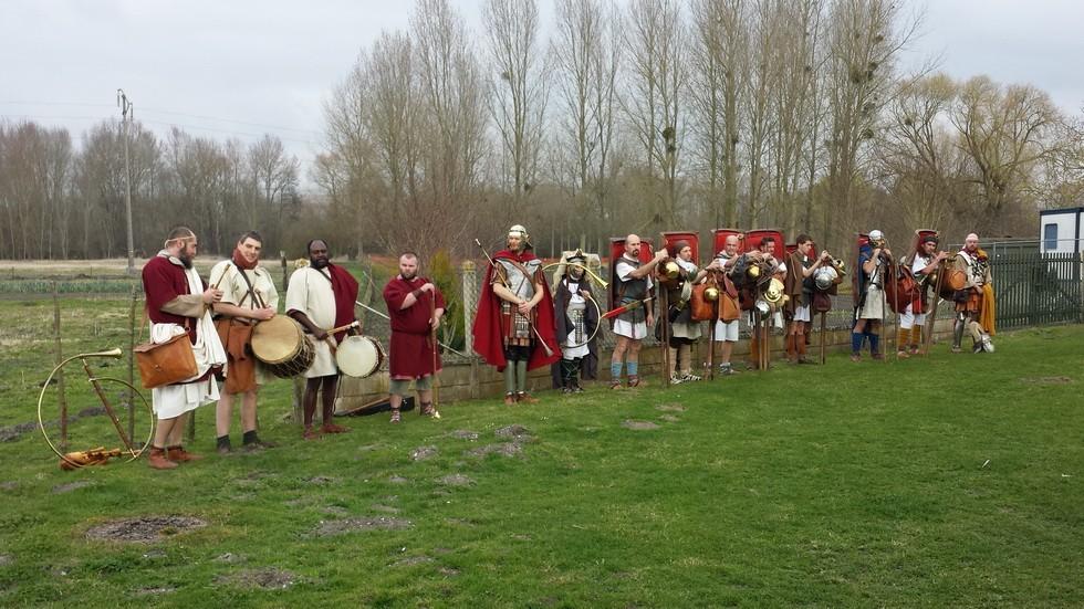 première étape à Dreuil les Amiens, musiciens et légionnaires rassemblés prêts à repartir.