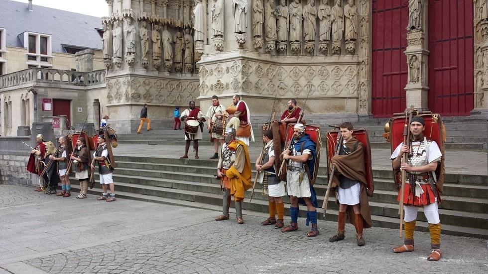 les légionnaires rassemblés pour la marche devant la cathédrale d'Amiens