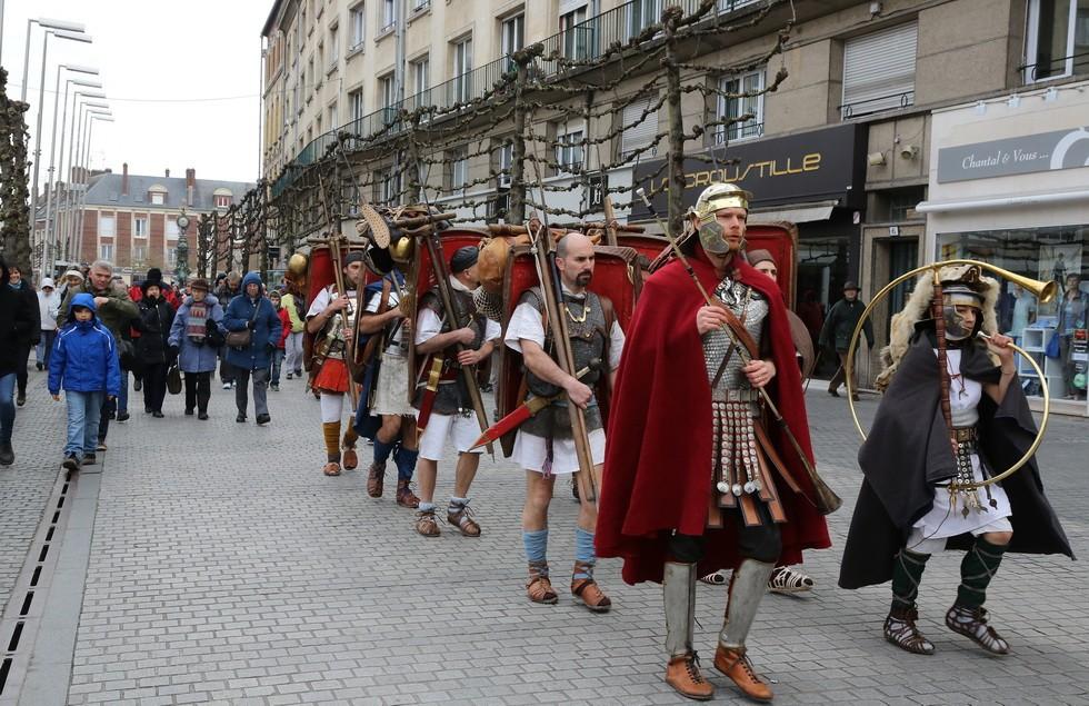 progression des marcheurs dans les rue d'Amiens