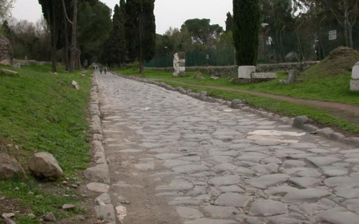 La voie Appienne ou Via Appia. Sa construction fut ordonnée par le censeur Appius Claudius Caecus. Elle joignait à l'origine Rome à Capoue, puis fut prolongée jusqu'à Brindes (Brundisium).