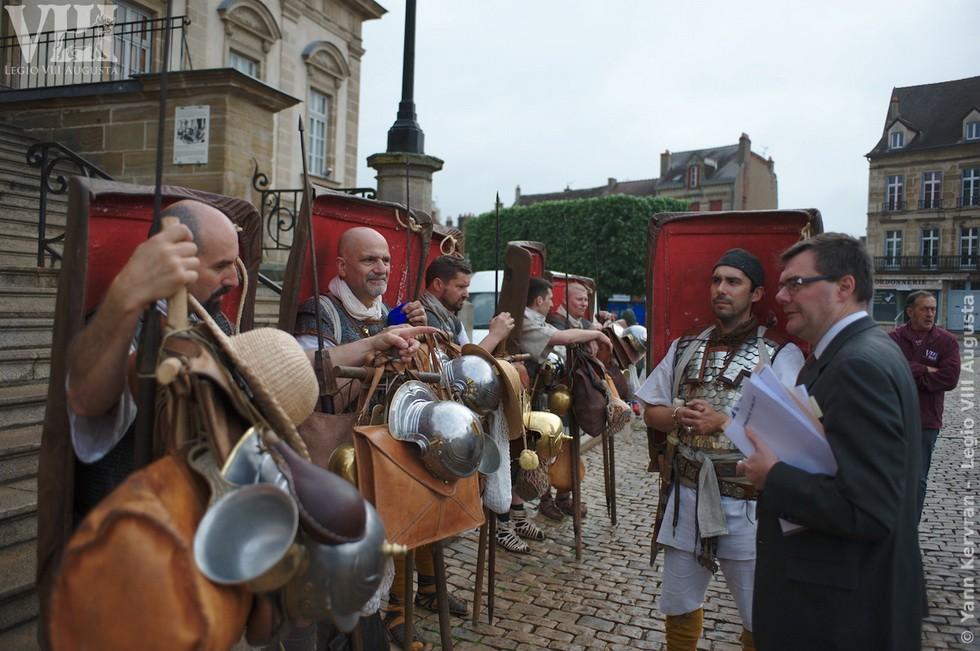 les marcheurs recevant les encouragement de M. le Maire d'Autun