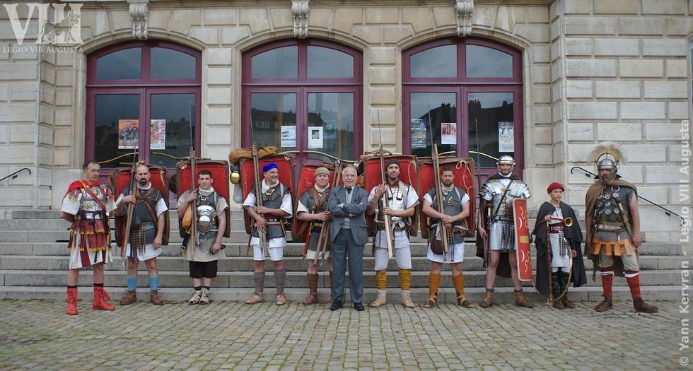 Les marcheurs de la Légion VIII Augusta posant au coté de M. Yann Le Bohec venu les encourager lors du départ d'Autun (71)