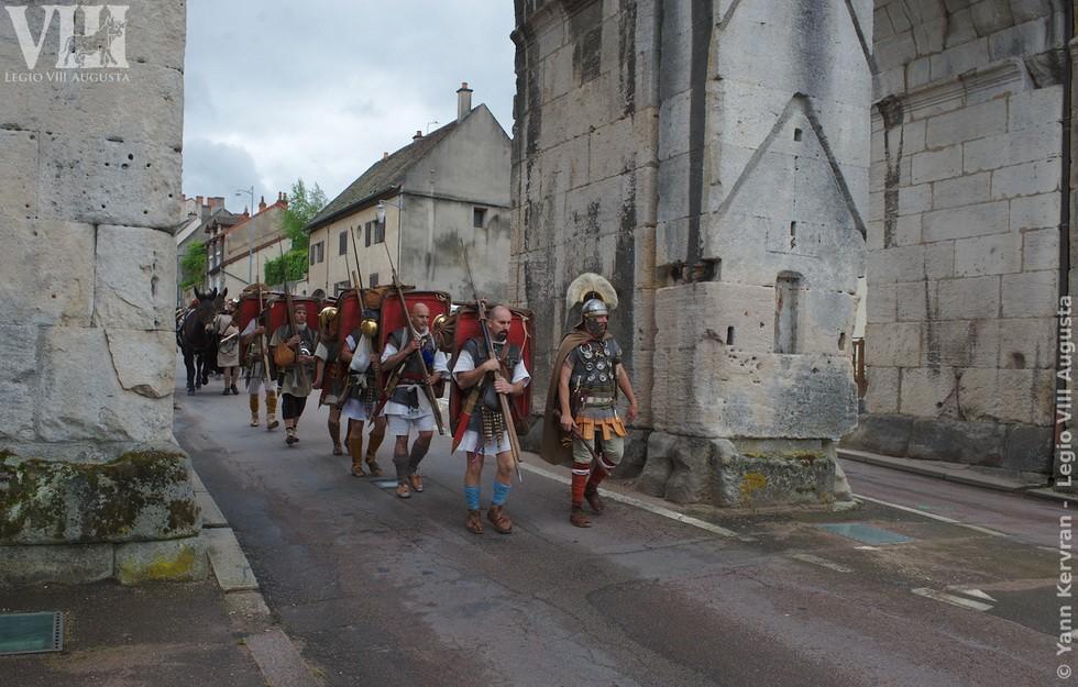 La legion VIII Augusta passant sous la porte d'Arroux à Autun (71) sur l'antique via Agrippa