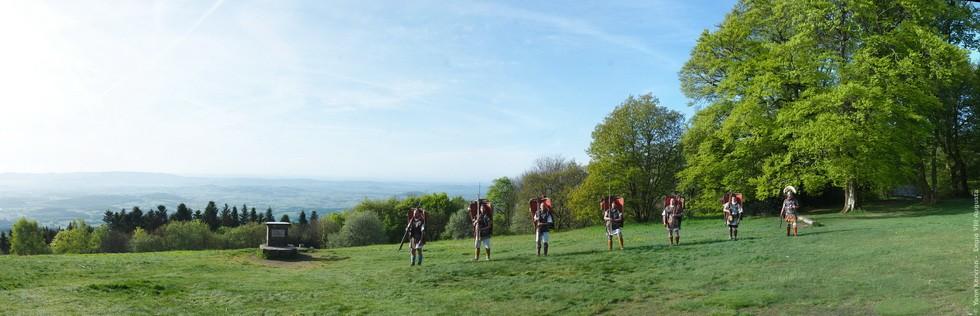 départ des marcheurs du haut du Mont Beuvray