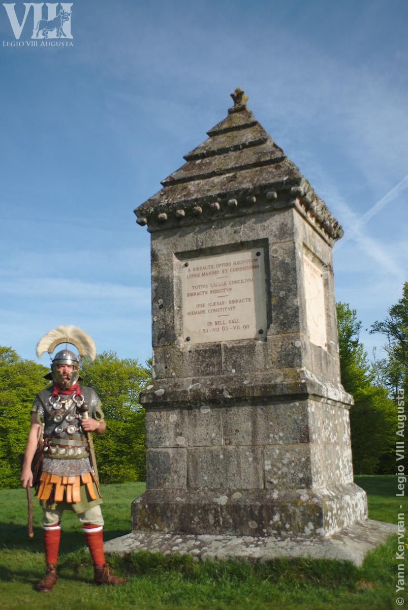 le centurion de la Legio VIII posant devant le monument dédié à l'archéologue Jacques Gabriel Bulliot