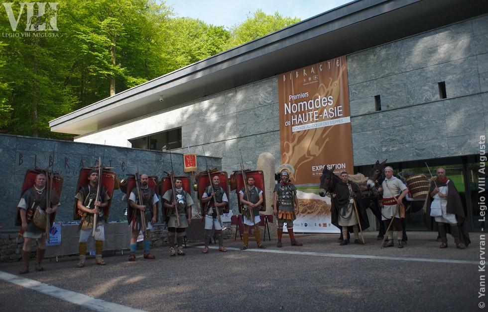 pose devant le musée de la civilisation celtique de Bibracte