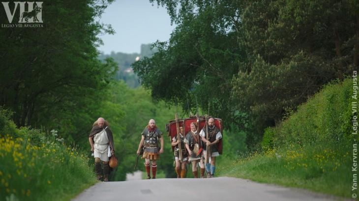 Le porteur d'eau, sur la gauche, accompagne le petit groupe de légionnaires et leur centurion.