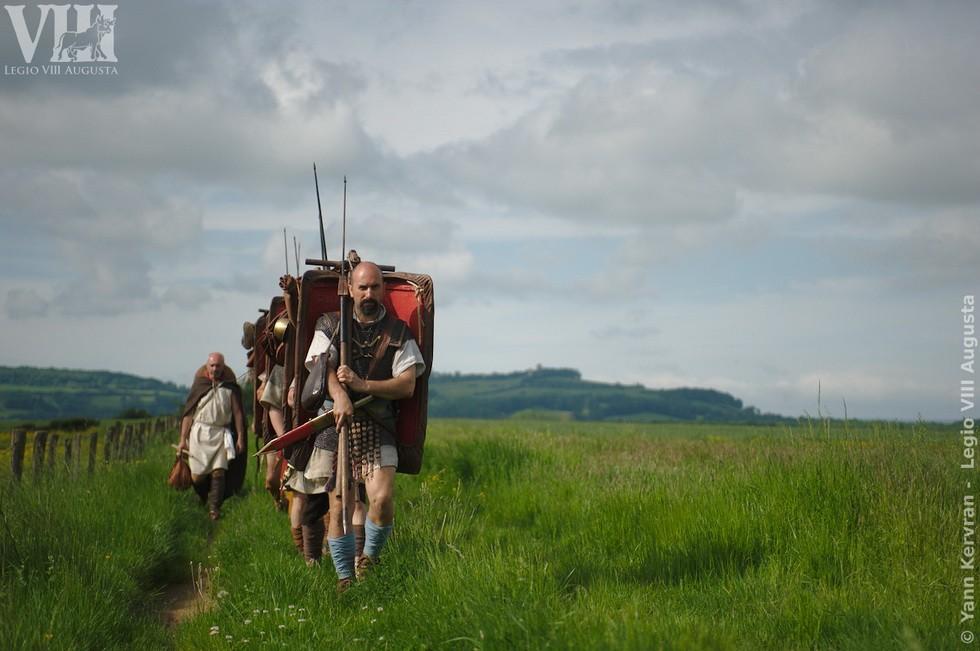 les légionnaires romains en marche