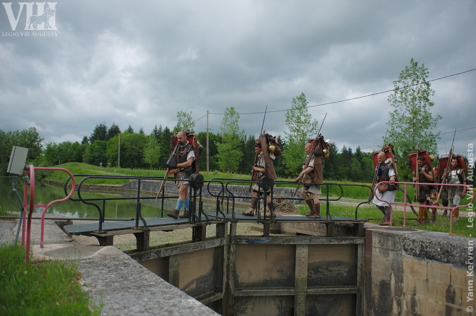 passage de l'écluse de Brianny sur le canal de Bourgogne