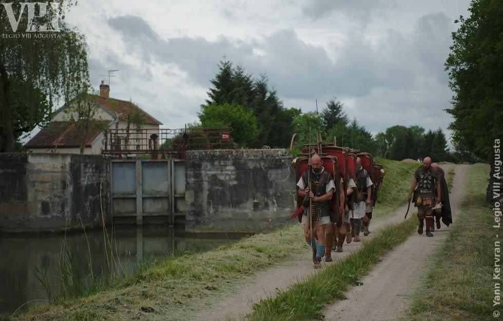 les légionnaires romains en marche, passage devant une écluse