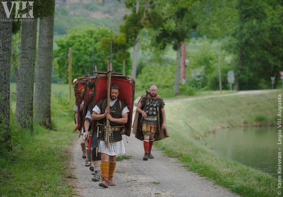 les légionnaires romains en marche, le long du canal de Bourgogne