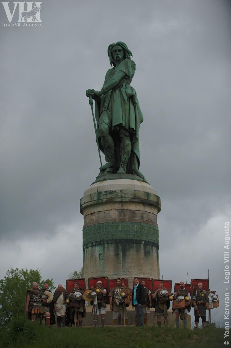 l'arrivée de la Marche historique Autun - Bibracte - Alésia au pied de la statut de Vercingétorix en compagnie de M le Maire d'Alise Sainte Reine - Alésia