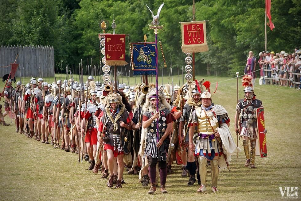 L'armée romaine arrive, précédée des enseignes.