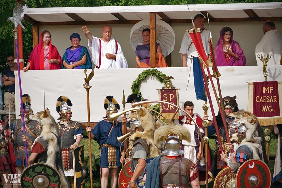 Les dignitaires saluent les armées.
