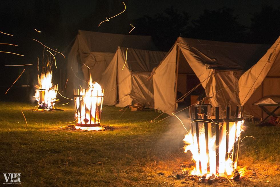 La nuit tombée, les braseros s'allument sur le camp romain.