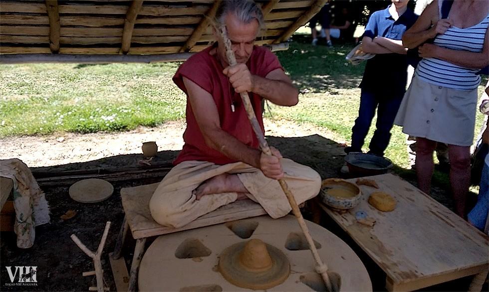 Pierre-Alain Capt, en pleine démonstration du tour de potier antique.