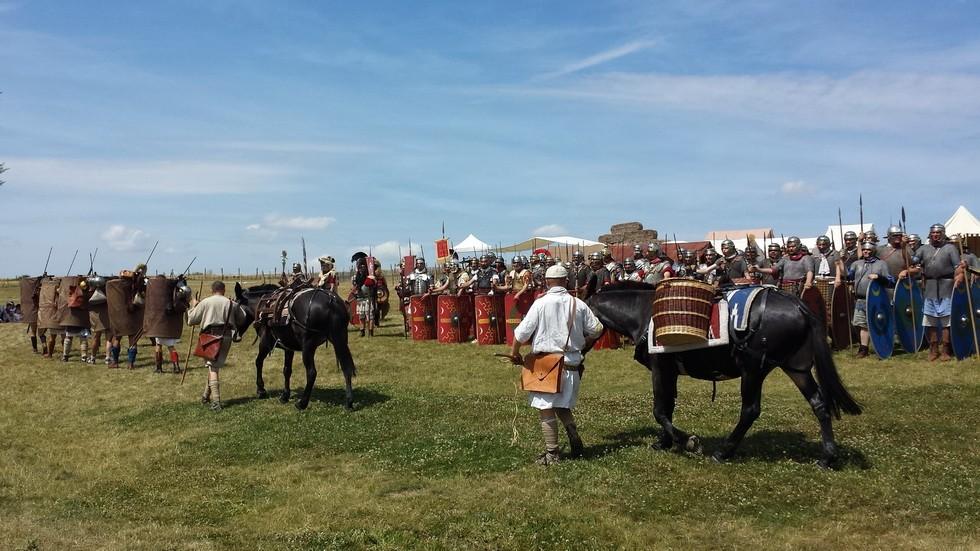 les marcheurs de la Legio VIII suivis de leurs mules