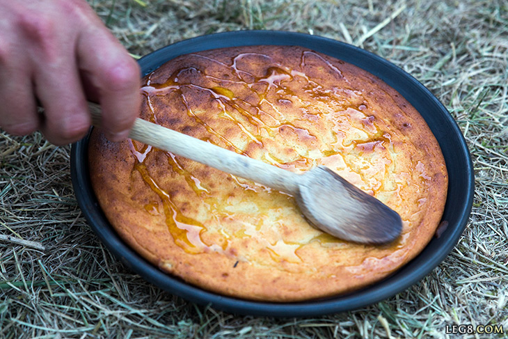 On répand le miel sur le gâteau.