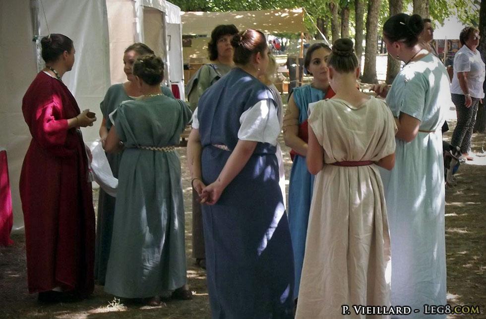 Les femmes et leurs longues tuniques
