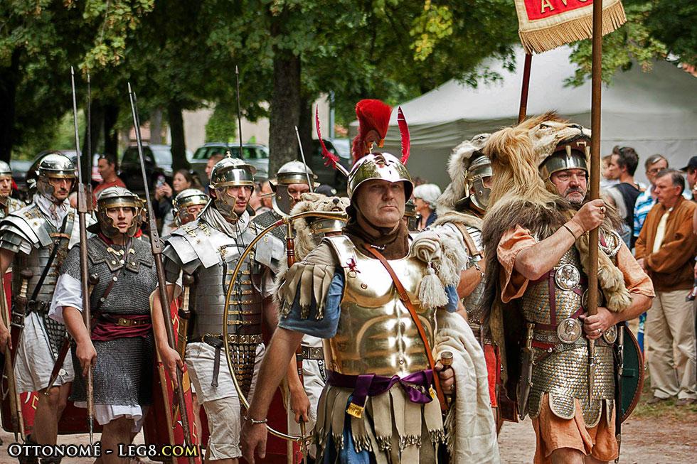 Le préfet de camp et son armure musclée, accompagné de l'aquilifer.