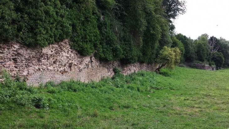 Rempart visible à partir de la Promenade Albert Montmerot longeant la rivière (l'Arroux) .