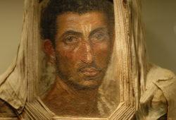 portrait de momie découvert en 1911 à Hawara et exposée au Royal Scotland Museum