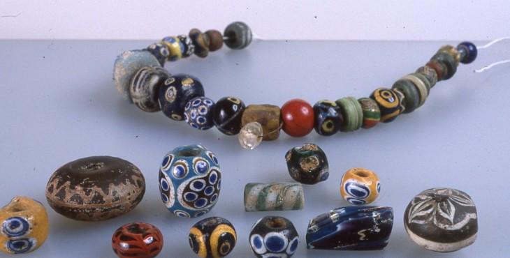 Perles de verre présentant toute la diversité et la finesse de la technique dite millefiori ou mille-fleurs - musée Rolin Autun