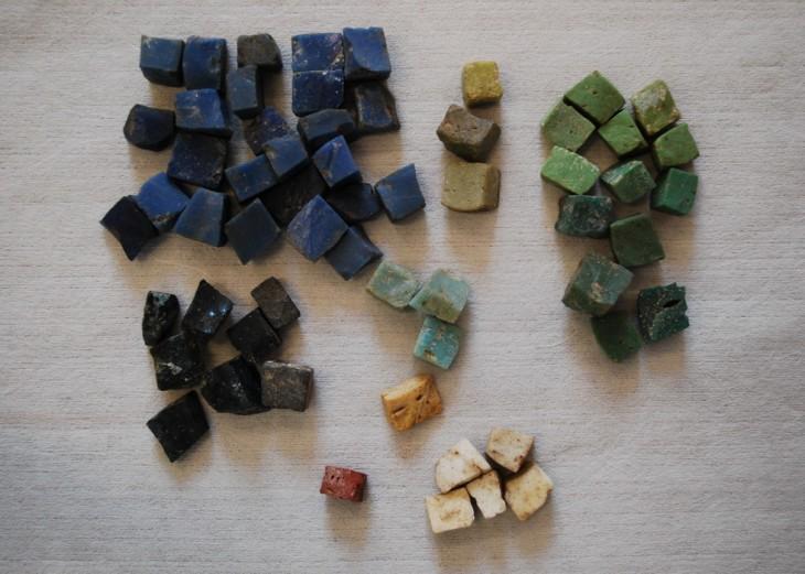 Échantillon de tesselles en pâte de verre permettant de souligner les nuances du dessin d'une mosaïque - Musée Rolin Autun (71)