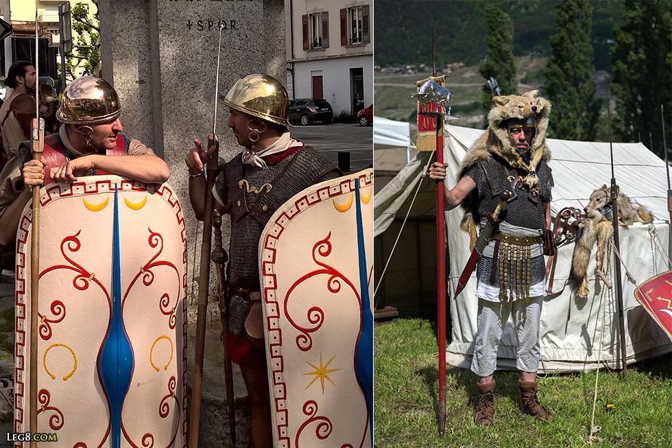A gauche, deux soldats républicains. A droite, un signifer.