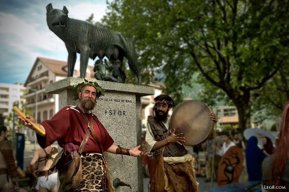 Gallia Musica devant la statue de la Louve et des jumeaux, cadeau de Rome à Martigny.