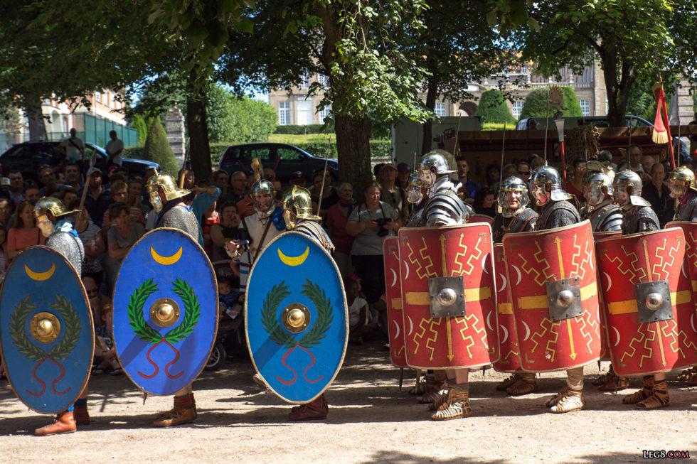 Les auxiliaires précédent les légionnaires