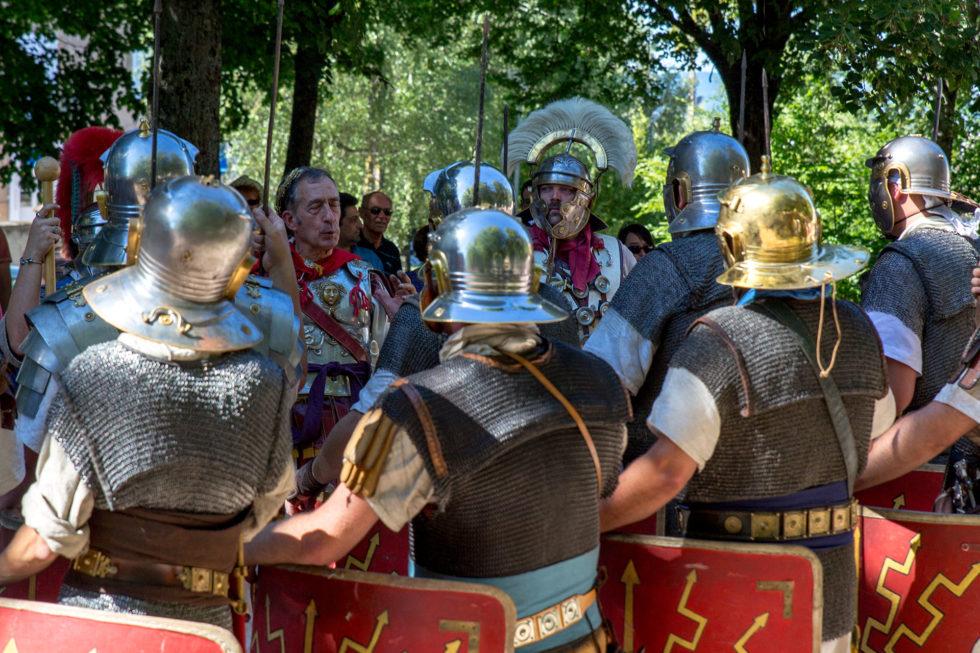 Les officiers félicitent leurs soldats